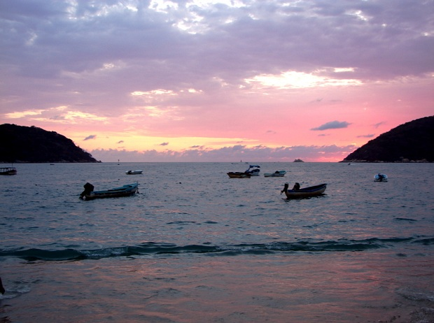 Acapulcon rantamaisemat hivelevät silmiä yöaikaan. (kuva: David de la Luz CC-SA)