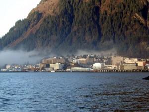 Vuorien ympäröinä Juneau (kuva: Gillfoto CC-BY-SA)