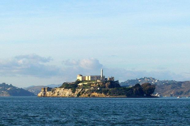 Alcatrazin vankilasaari Pier 39:lta kuvattuna. (kuva: Abrahami CC-SA)
