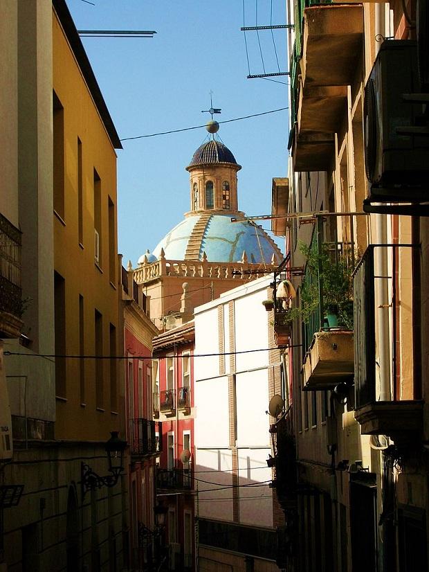 Vanhan kaupungin sokkeloiset ja kapeat kujat suloisine taloineen houkuttelevat tutkimusretkelle. Kuvassa takana San Nicolásin katedraali.