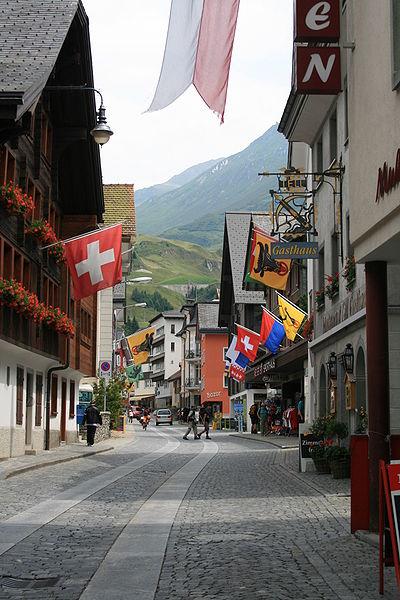 Andermatt on tunnelmallinen, perinteinen sveitsiläiskylä. (kuva: Badener CC-BY)
