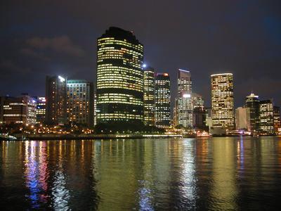 Brisbanen siluetti yöaikaan. (kuva: Gary Curtis CC-SA)