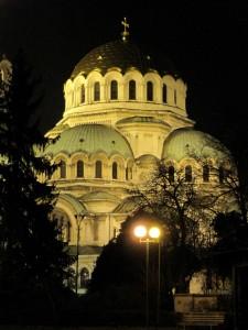 Iltavalaistu Alexander Nevskyn katedraali Sofiassa (kuva: zkrev CC-BY)