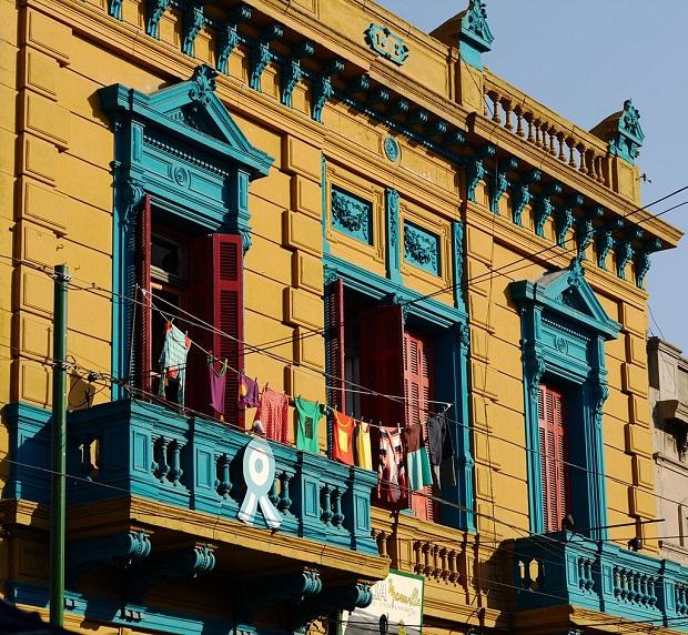 La Bocan alueen talot ovat kauniita ja värikkäitä. Kuva on Caminito-kävelykadulta. (kuva: Luis Argerich CC-BY)