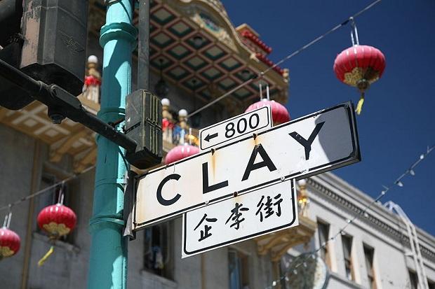 Clay Streetin kyltti Chinatownissa. (kuva: Daniel Schwen CC-SA)