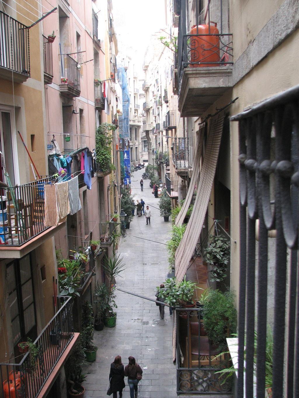 Ciutat Vellan kujat ovat kapeita ja idyllisiä. (kuva: Axelv CC-SA)