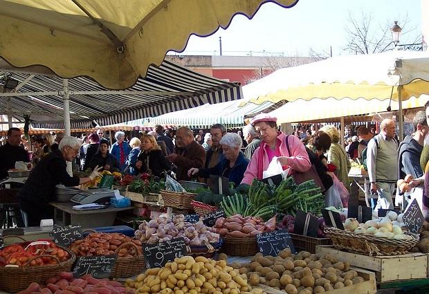 Cours Saleyan aamutorilla käy huiske, kun paikalliset tekevät ruoka- ja kukkaostoksia.