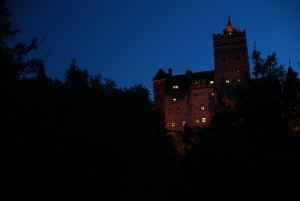Iltavalaistuksessaan oleva Draculan linna hirvittää herkimpiä (Kuva: Jenny Salita CC BY-ND 2.0)