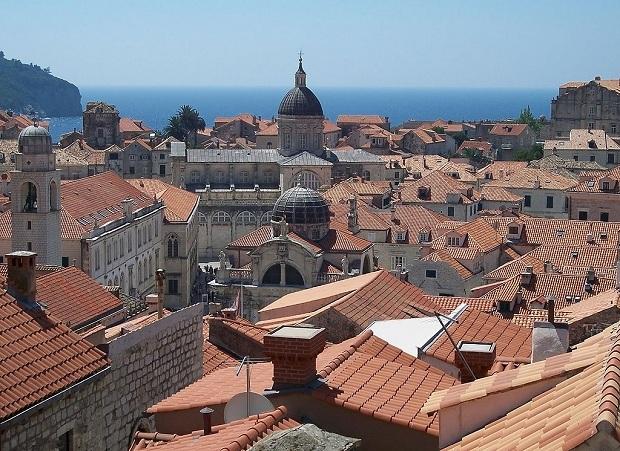 Suojellun vanhankaupungin rakennusten katot ovat punaisia.