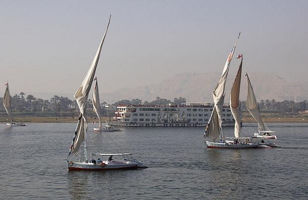 Felucca-purjeveneitä Luxorissa (kuva: Wouter Hagens CC-SA)