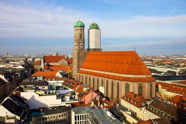 Frauenkirche on hieno niin sisältä kuin ulkoakin, tässä raatihuoneen tornista kuvattuna. (kuva: Jiuguang Wang CC-SA)
