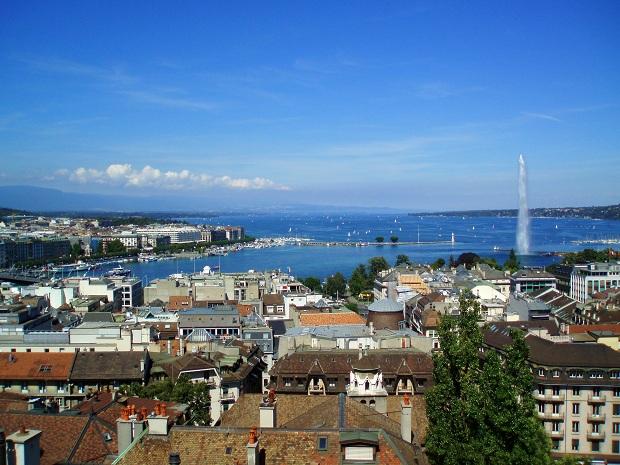 Genèvejärvellä olevan Jet d'Eau -suihkulähteen vesi ruiskuaa 140 metrin korkeuteen. (kuva: User:Nauticashades CC-BY)