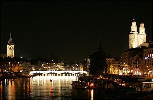 Limmat-joki, Grossmünster-kirkko torneineen näkyy kuvassa oikealla. (kuva: Roland Zumbühl CC-SA)