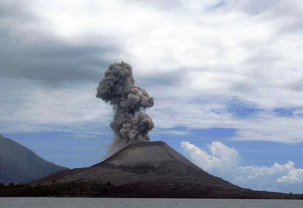 Krakataun tulivuori (kuva: flydime CC-BY)