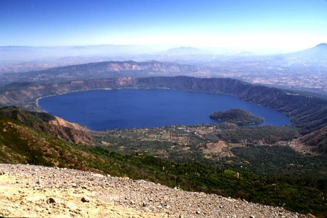 Lago de Coatepeque -järvi on syntynyt tulivuoren kraatteriin.