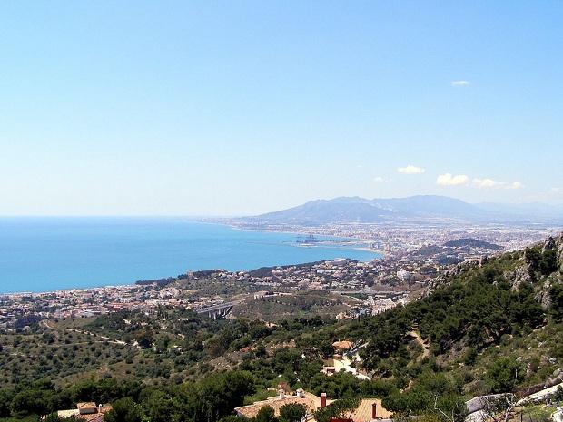 Málaga sijaitsee vuorten kainalossa. (kuva: Bollofino CC-SA)