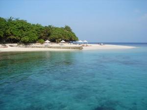 Malediiveja ympäröi häikäisevän kirkas merivesi (kuva: Nevit Dilmen CC-BY-SA)