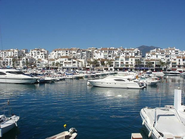 Marbellassa viihtyvät parhaiten aikuiset matkailijat, jotka haluavat lomaansa pikantin säväyksen. (kuva: __Lolo__ CC-SA)