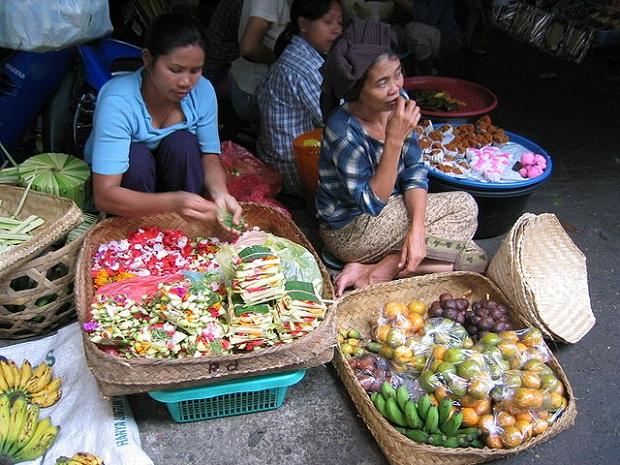 Myyjiä markkinoilla (kuva: tinofrey)