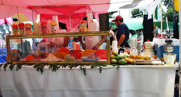 Kadunvarsien mehubaareista saa ostettua raikkaita, vilvoittavia juomia. (kuva: Thelmadatter CC-SA)