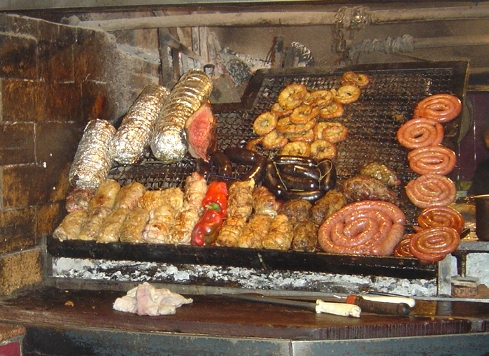 Mercado del Puerton grillissä valmistuu herkullista ruokaa. (kuva: Gonzalo Velasco CC-BY)