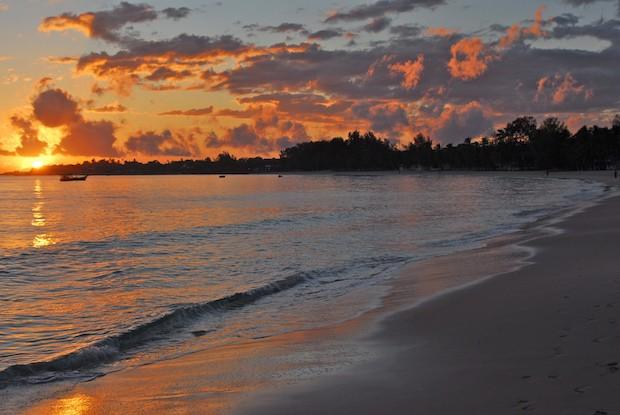 Auringonnousu rannikolla (Kuva: F Mira CC BY-SA 2.0)