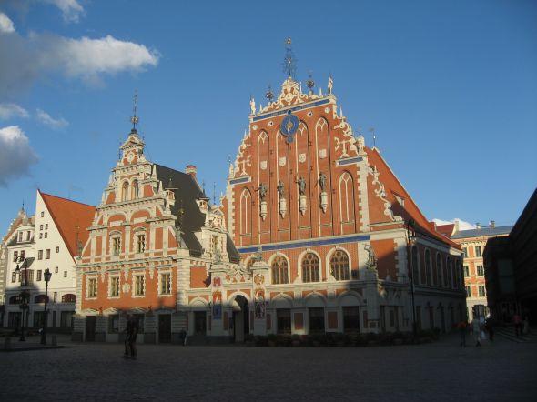Gotiikan tyylisuuntaa edustava Mustapäiden talo (CC BY Dezidor)