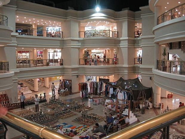 Ostoskeskus Naama Bayn alueella (kuva: Sikorr CC-SA)