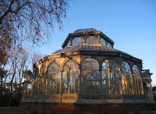 Palacio de Cristal hohtaa kauniisti auringossa.