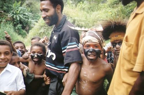 Papua-Uuden-Guinean heimoväestöä (kuva: Amy Bauer CC-BY)