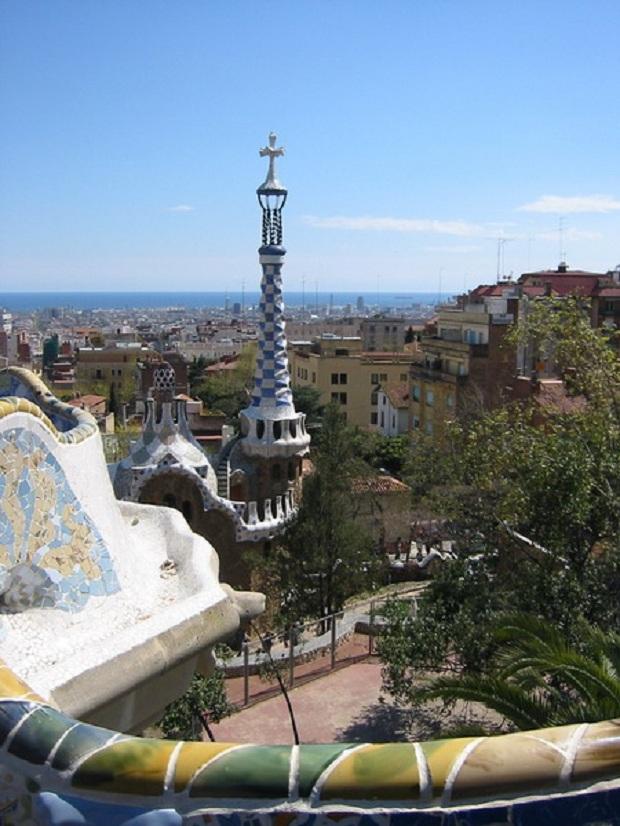 Park Güell –puisto on niin ikään Gaudin kynästä peräisin. (kuva: es:Usuario:Rapomon CC-SA)