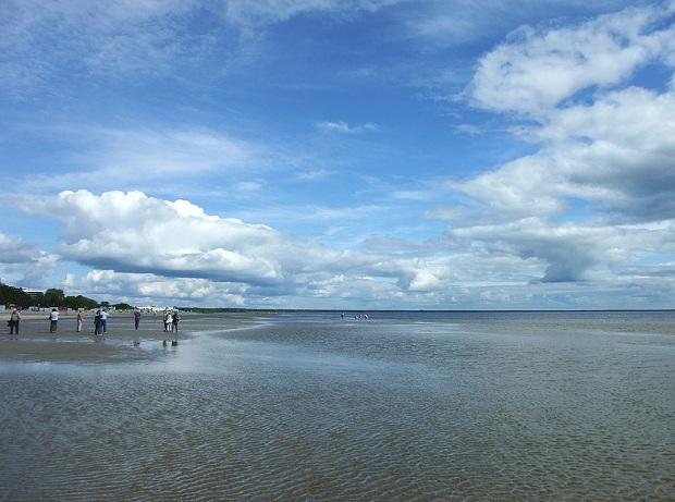 Pärnun hiekkaranta on siisti ja sopii erinomaisesti myös lapsiperheille. (kuva: Nikater CC-SA)
