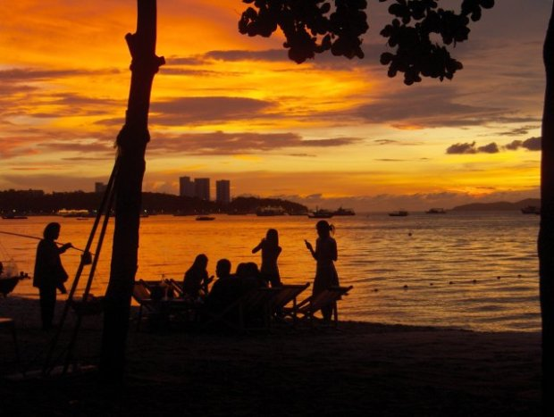 Seurue ihailee auringonlaskua Pattayalla