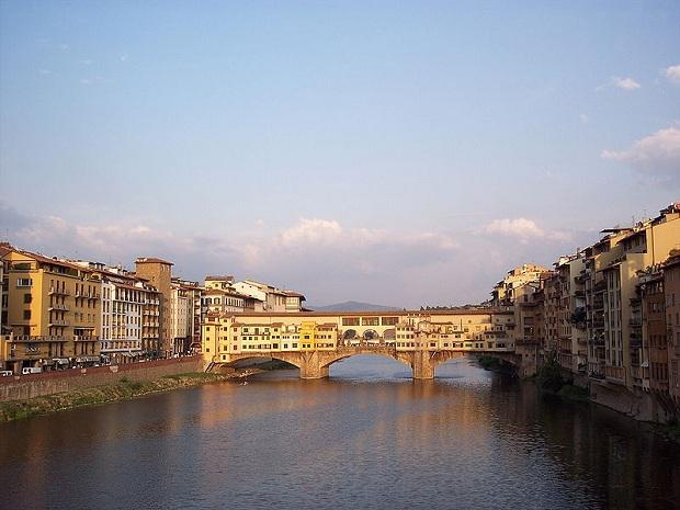 Ponte Vecchio hassuine myyntikojuineen. (kuva: D. Gayo CC-SA)
