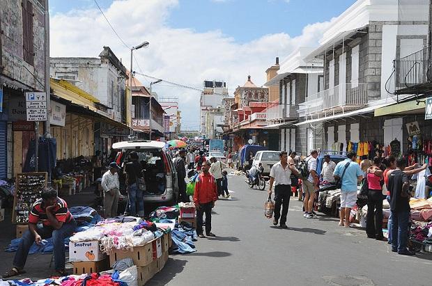 Port Louisin kaduilla on mukava kuljeskella tarkkailemassa paikallisten elämää. (kuva: Simisa CC-SA)
