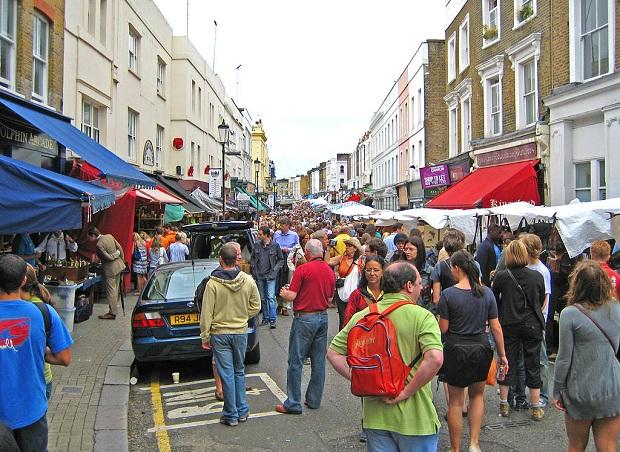 Portobello Roadin markkinoilla on mukava tunnelma ja ihmisvilinä. (kuva: Alexrk2 CC-SA)