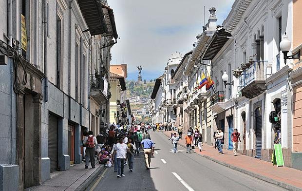 Venezuela-katu Quitossa, taustalla Madonna-patsas. (kuva: Cayambe CC-SA)