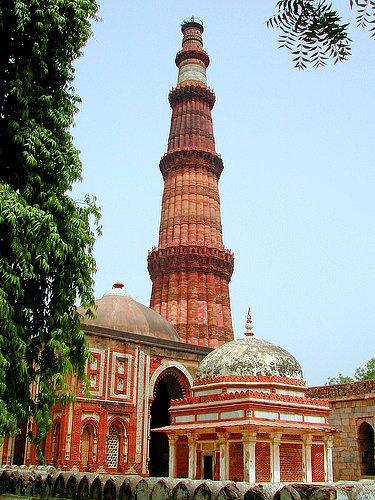 Qutab Minarin punertava minareettitorni. (kuva: User:deepak CC-SA)