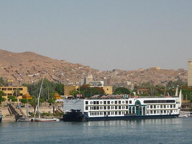 Jokilaiva, taustalla Assuan (kuva: Rémih CC-SA)