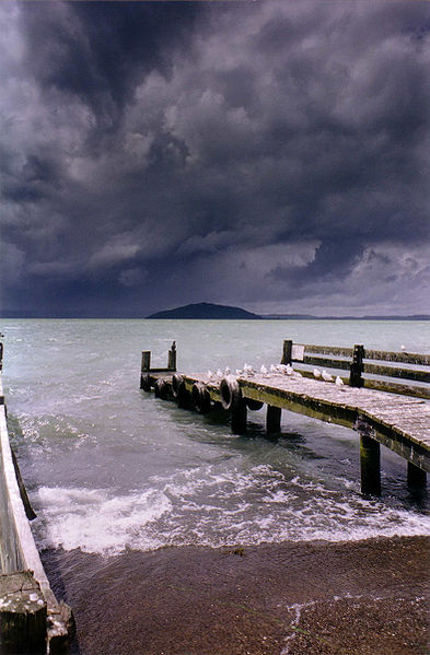 Myrsky nousee Rotorua-järven ylle. (kuva: Grutness CC-SA)