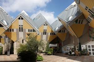 Rotterdamin arkkitehtuurierikoisuuksia on esimerkiksi Kubuswoningen, eli kuutiokodit. (Kuva: Rick Ligthelm CC BY 2.0)