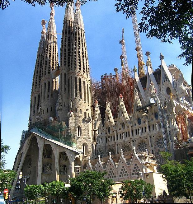 Sagrada Família on Gaudin mestarintyönnäyte - vaikkakin keskeneräinen sellainen. (kuva: Katonams CC-SA)