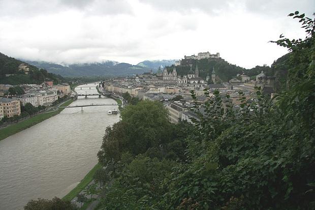 Salzburg sijaitsee Alppien juurella, Salzach-joen varrella.