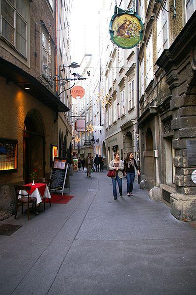 Salzburgin vanhakaupunki on täynnä tunnelmallisia, kapeita kujia. (kuva: Werner100359 CC-SA)