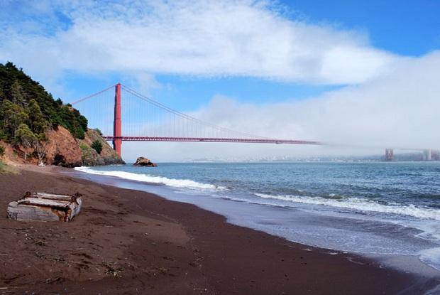 Golden Gate hohtaa välillä auringossa ja katoaa toisinaan sumupilveen.