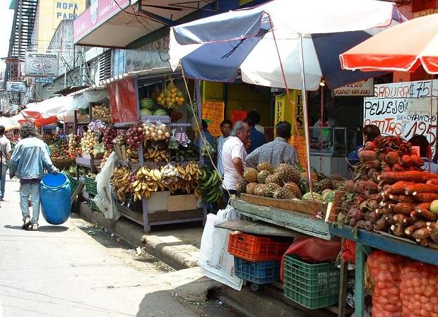 Myyntikojuja kadulla San Joséssa.