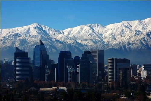 Santiago de Chilen modernit pilvenpiirtäjät lumihuippuisia vuoria vasten kuvattuna. (kuva: Victorddt CC-SA)