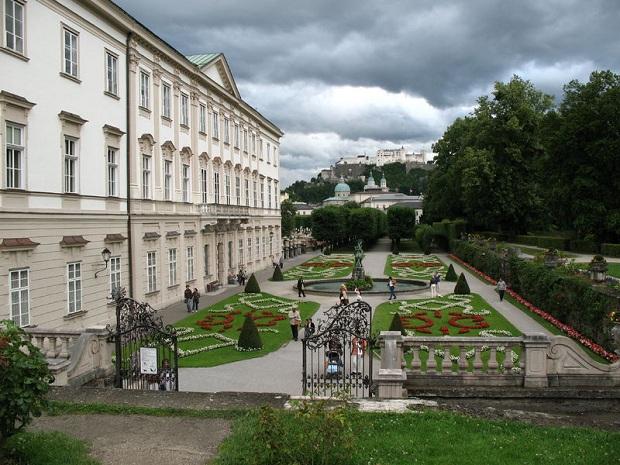 Schloss Mirabell, taustalla Festung Hohensalzburg. (kuva: Andrew Bossi CC-SA)