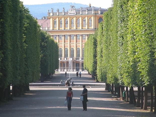 Schönbrunnin kauniin linnan huoneista 45 on avoinna yleisölle. Linnan mailla on paljon muutakin nähtävää, kuten esimerkiksi Gloriette-paviljonki ja upeat puistoalueet. (kuva: Robert Scarth CC-SA)