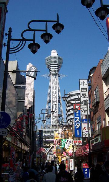 Shinsekai Tsutenkaku-näköalatorneineen. (kuva: MShades CC-BY)